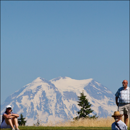 Fans watch with Mount Rainier in the distance. (Copyright USGA/Steven Gibbons)
